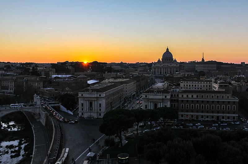 Städtereise Rom: Vom Marsfeld bis zur Engelsburg Rom: Pantheon, Piazza Navona, Engelsburg - Der Stadtteil Borgo wird auch Vatikan-Vietel genannt und erstreckt sich von der Engelsburg bis zum Vatikan auf der westlichen Seite des Tibers. Seine historische Bedeutung als Vorzimmer zum Petersdom hat sich erhalten.