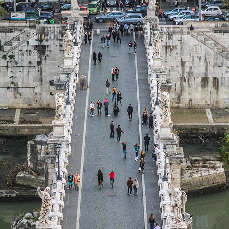 Die Engelsbrücke von der obersten Terrasse des Castel Sant'Angelo.