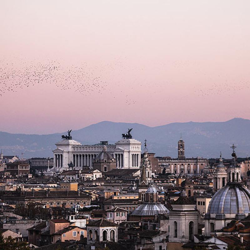 Pastellfarben schwindet das Licht - Traumhaft. Gut erkennbar ist links die Pantheon-Kuppel, in der Mitte der Vittoriale und das Kapitol. Am Himmel erkennbar sind Schwärme von Staren die am Himmel ihre Abendrunde drehen.