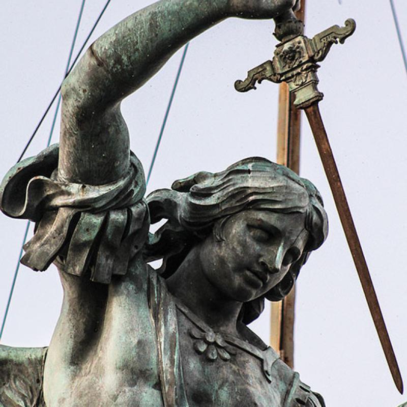 Der heutige Bronzeengel stammt aus dem Jahr 1748 und wurde von Peter Anton von Verschaffelt entworfen.