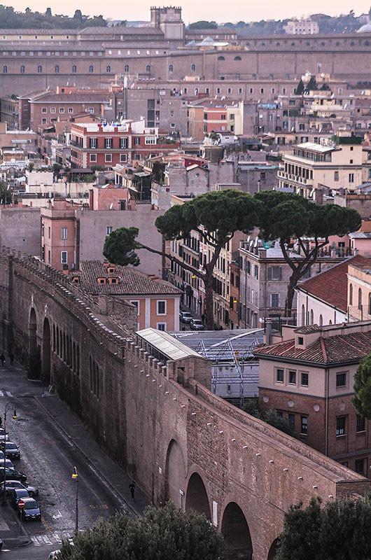 """Der Passeto di Borgo ist ein oberirdischer gedeckter Verbindungsgang zum Apostolischen Palast im Vatikan.  Er wurde 1277 unter Papst Nikolaus III. erbaut. Während der Plünderung Roms (der """"Sacco di Roma"""") durch die Truppen von Kaiser Karl V. im Jahr 1527 diente er Papst Clemens VII. als Fluchtweg. Ebenso floh Papst Pius VII. durch den Gang vor Napoleon Bonaparte hierher in die Engelsburg."""
