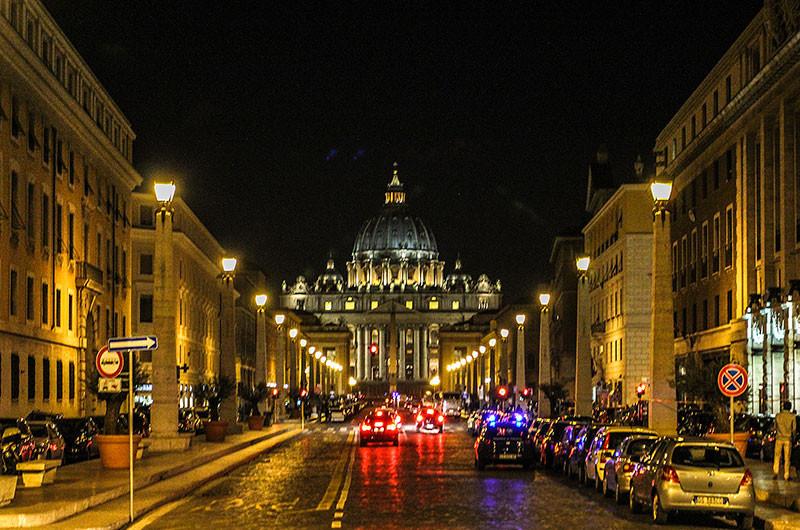 Die Via della Conciliazione (ital. Straße der Versöhnung) ist eine 1936 unter Mussolini geplante und zum päpstlichen Jubeljahr 1950 fertiggestellte etwa 500 m lange Straßenachse, die vom Tiber in Richtung Petersdom führt und andererseits über den Corso Vittorio Emanuele II die Vatikanstadt mit dem historischen Zentrum Roms verbindet.