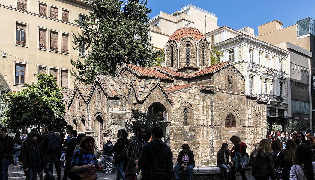 Die hübsche byzantinische Kirche Panagia Kapnikareas steht mitten in der Fußgängerzone.