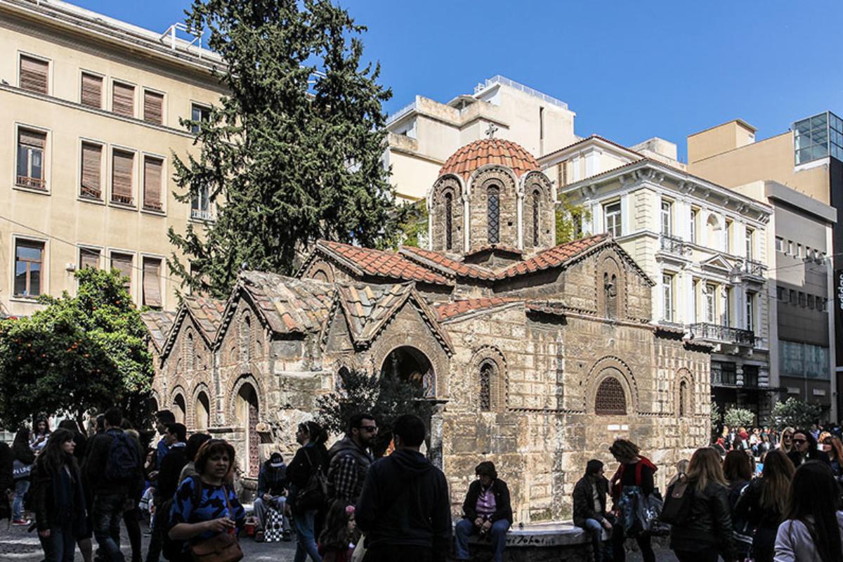 Die Kapnikarea-Kirche ist eine byzantinische Kreuzkuppelkirche aus dem 11. Jahrhundert. Sie liegt direkt in der Fußgängerzone in der Ermou-Straße.