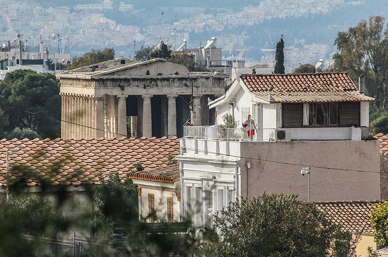 Ein hübsches Haus in der Altstadt mit beneidenswertem Blick auf den Hephaistos-Tempel in der griechischen Agora.