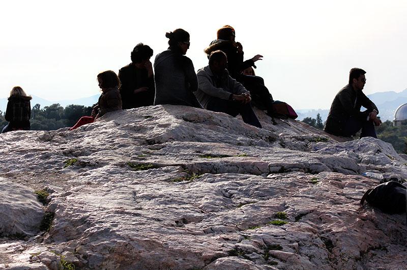 Athener Bürger genießen die Aussicht vom Aeropag-Felsen. In der Antike tagte hier das oberste Gericht der Stadt.