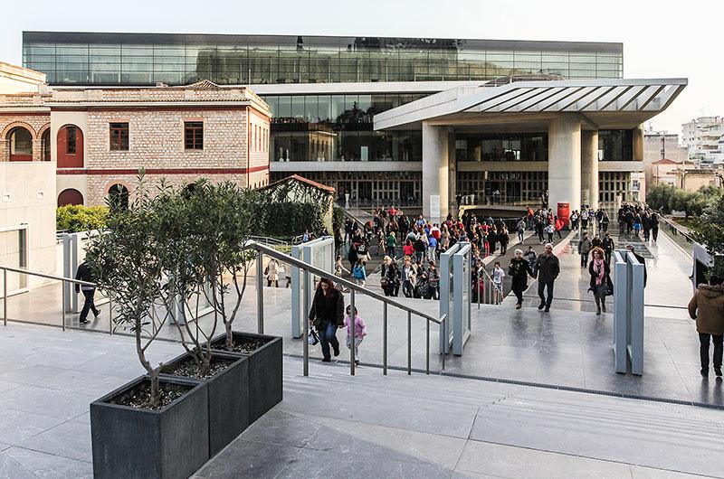 Schöner ist große Kunst kaum irgendwo zu erleben als hier! Das neue Akropolismuseum verwahrt ausschließlich Fundstücke und Objekte von der Akropolis. Das moderne Gebäude wurde im Juni 2009 eröffnet.