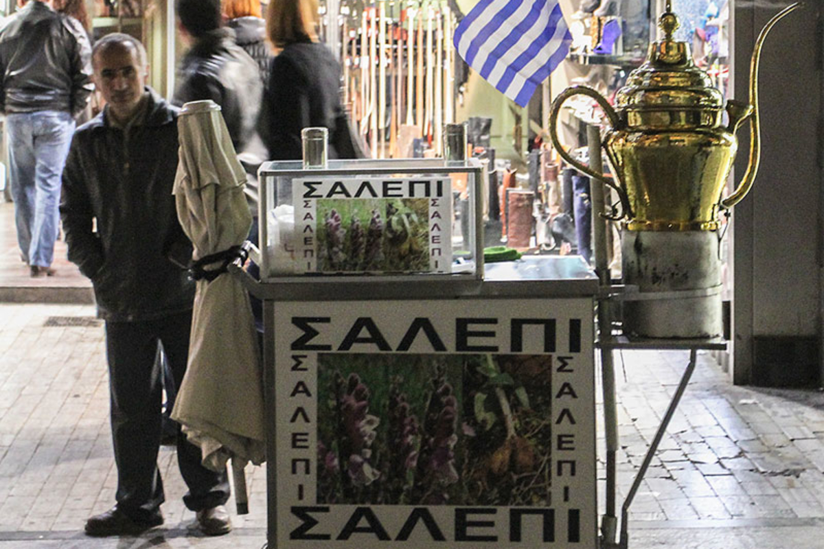 Salepi-Verkäufer in der Fußgängerzone. Salepi ist ein süßes, heiß getrunkenes Milchgetränk und wird aus Orchideenwurzeln hergestellt.