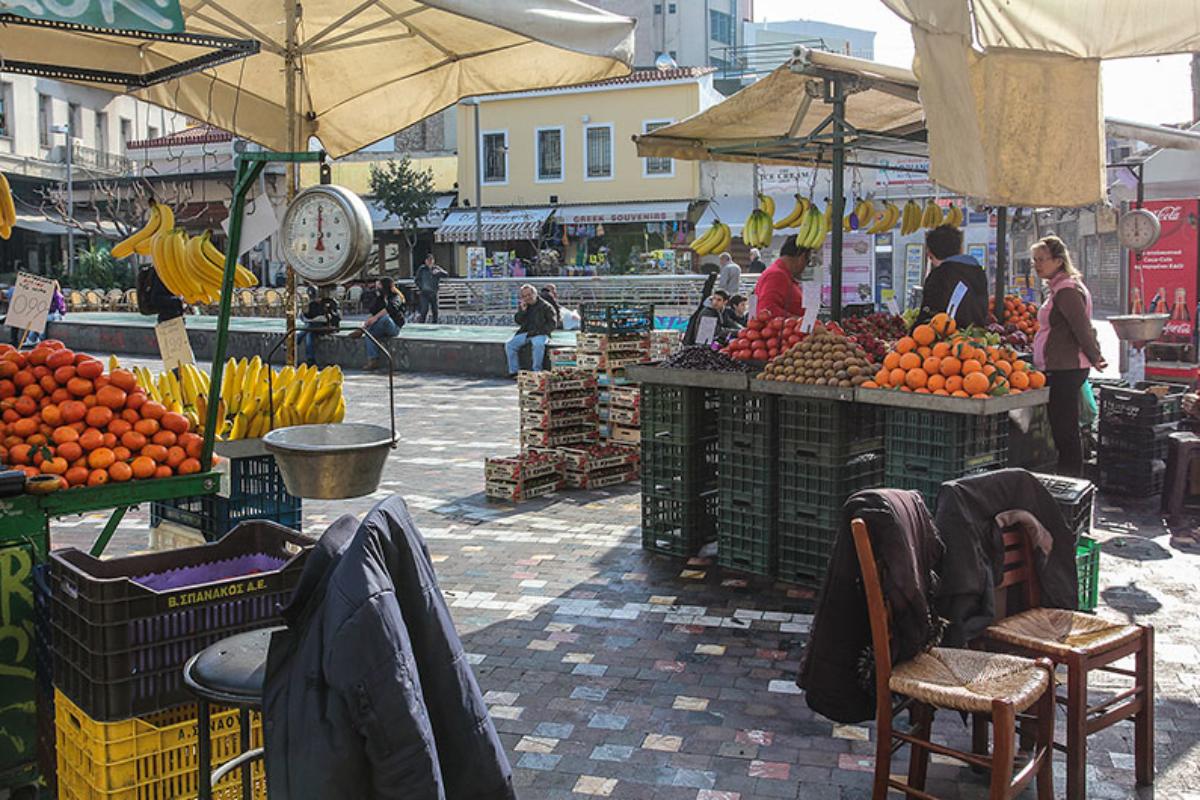 Die beliebten Obststände am Monastirakiplatz: günstige Preise und gute Qualität.