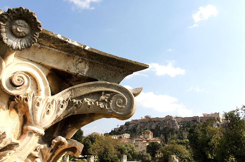 Ein gut erhaltenes Säulenkapitell im Gelände der griechischen Agora, im Hintergrund der Akropolisfelsen.