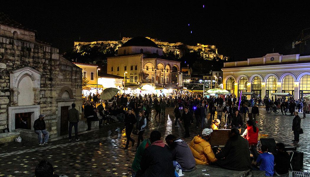 Der Monastiraki-Platz ist der zentrale Platz der Plaka. Hier kommt und geht alles, da hier eine Metrostation ist.