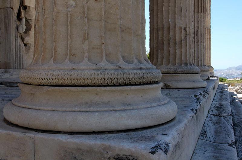 Säulenbasen von der Nordhalle des Erechtheion, am Horizont geht der Blick bis zum Meer.