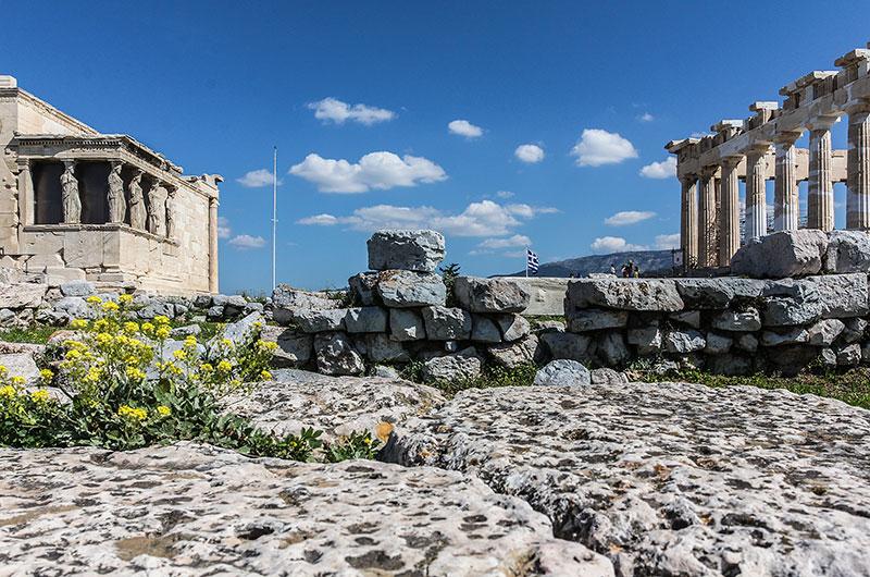 Zwischen dem Erechteion (links) mit den berühmten Karyatiden und dem Partenon ist noch das Fundament des alten Athena-Tempels sichtbar.