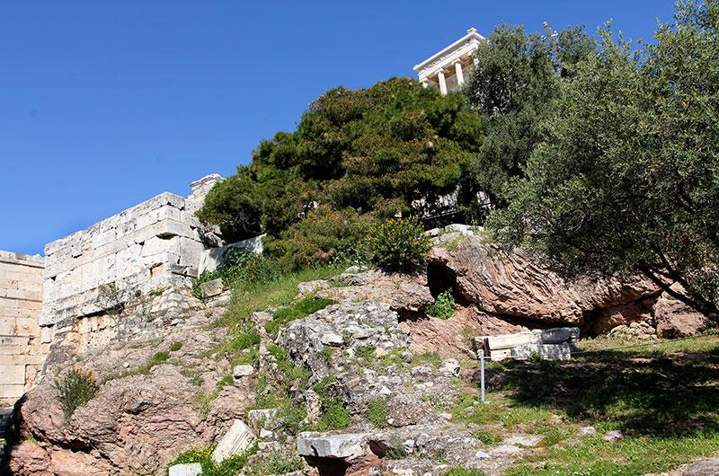 Der hübsche Tempel der Athena Nike, erhebt sich auf einer Bastion südwestlich der Propyläen der Akropolis.