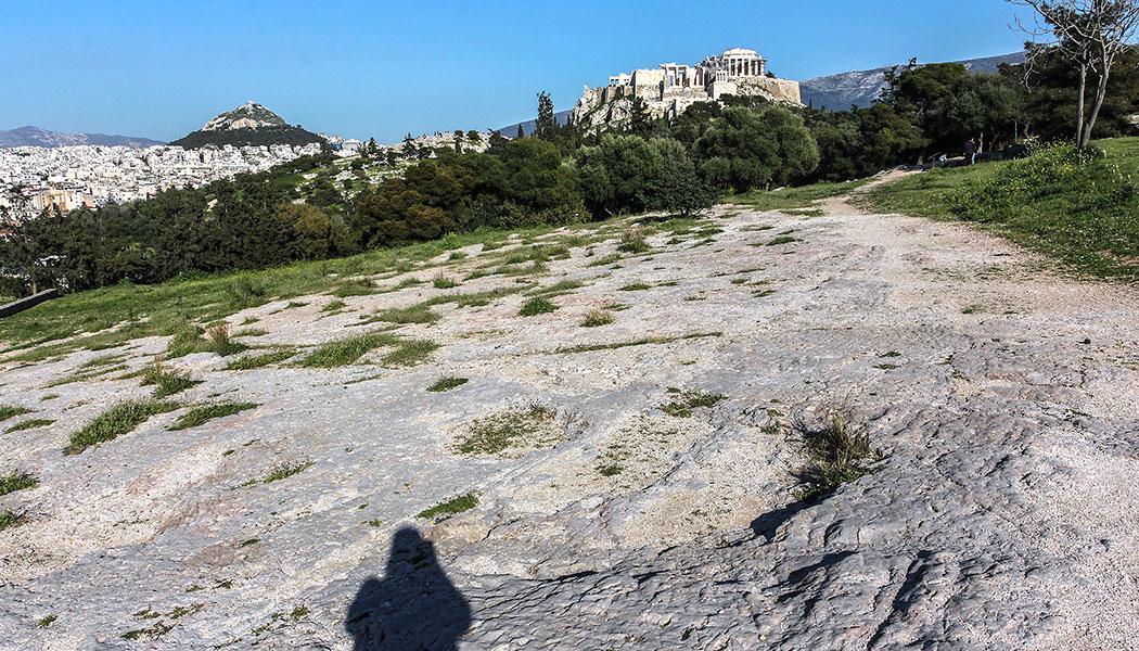 Einmaliges Panorama: Im Vordergrund der Pnyx-Felsen, links der Kegel des Lykabettus, in der Mitte der Felsen des Aeropag und rechts die Akropolis.