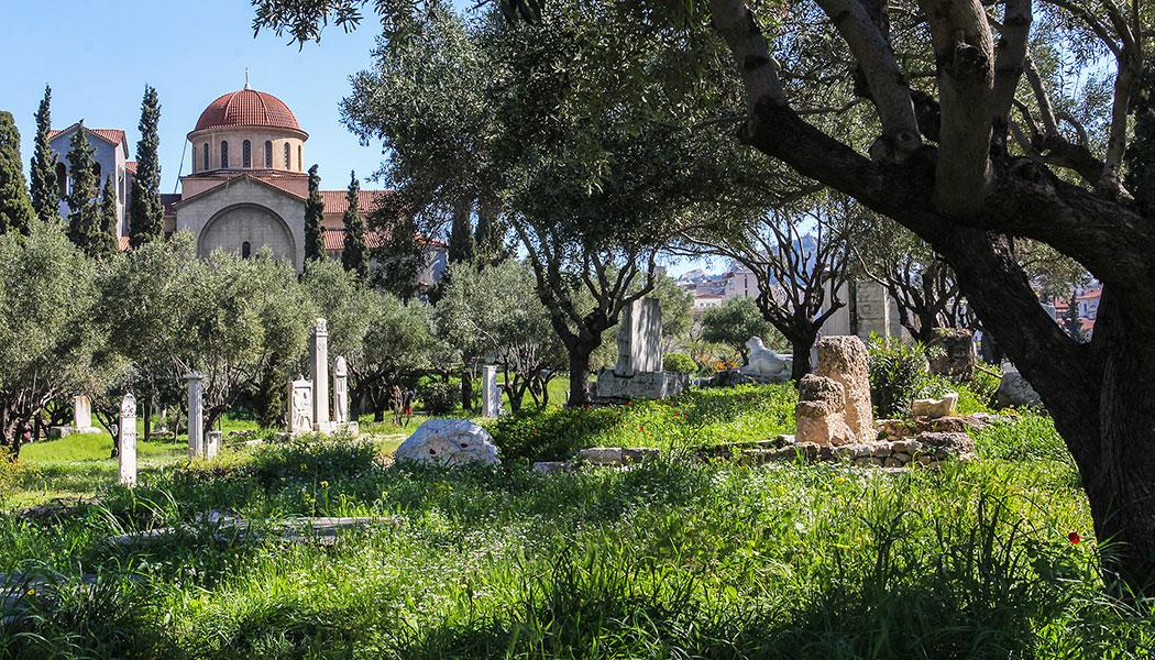 Im Stadtteil Kerameikos liegt ein antiker Friedhof, der im frühen 20. Jahrhundert von deutschen Archäologen entdeckt wurde. Hier standen auch die beiden wichtigsten Tore des antiken Athen, das Dipylon-Tor und das Heilige Tor.