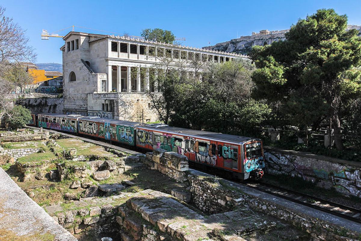 Die Metro braust direkt am Gelände der griechischen Agora vorbei. Im Hintergrund die in den 50er-Jahren rekonstruierte Stoa des Attalos, in der auch das Agora-Museum untergebracht ist.