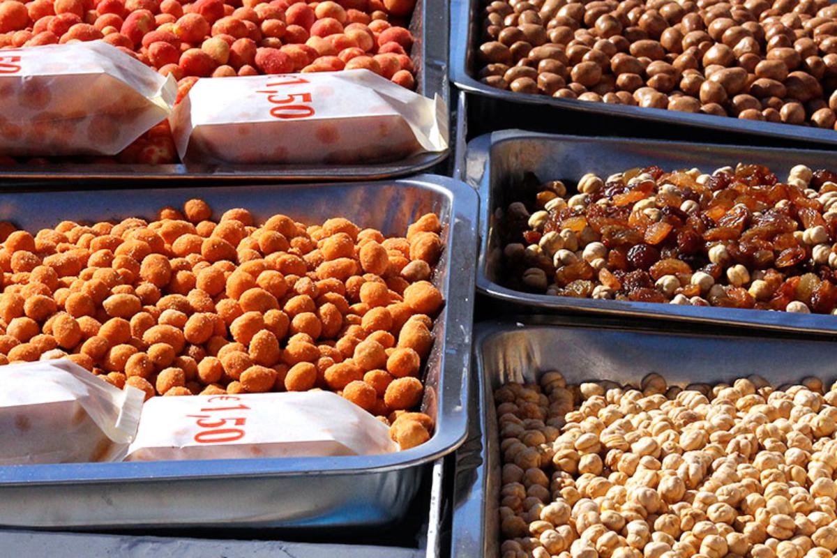 Einladende Auswahl: Geröstete Nüsse, gebrannte Mandeln und getrocknete Früchte.