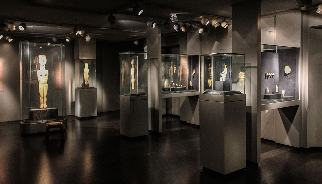 Die wertvollen Kykladenidole werden im Goulandris-Museum perfekt präsentiert.