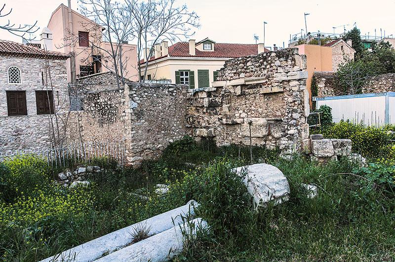 Schicht auf Schicht: Alte Mauern, Säulen und Tempelfundamente, Wohnäuser und Gärten.