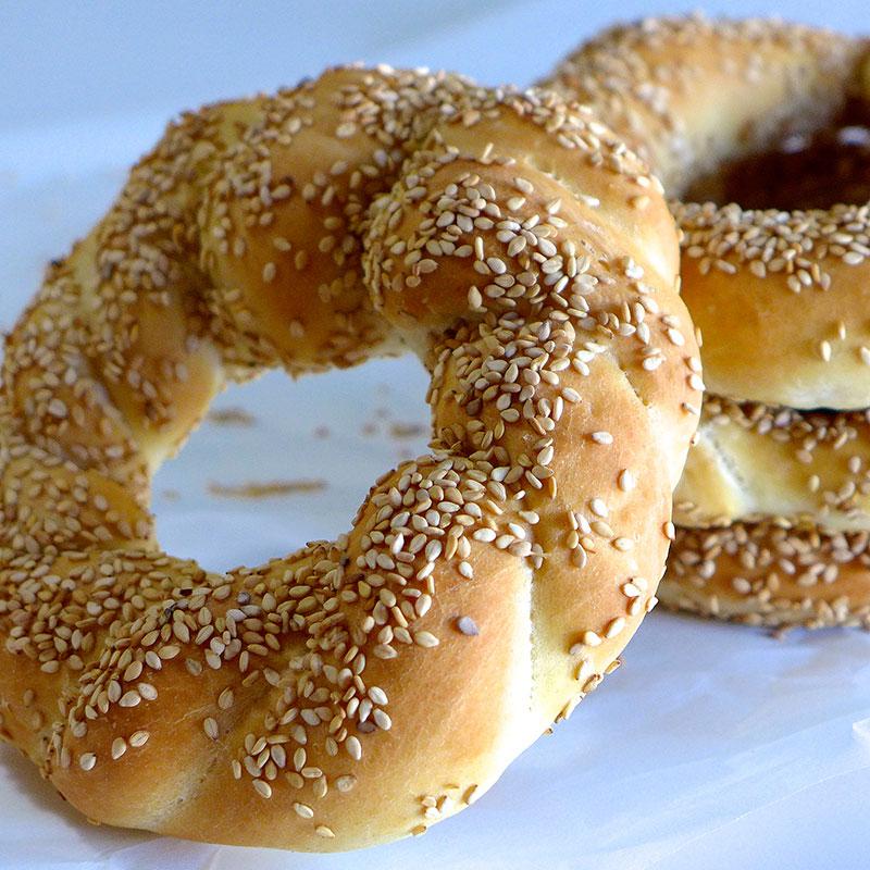 Sehr Beliebt in Griechenland sind die Hefeteig-Kringel Koulouri die mit Sesam bestreut werden.