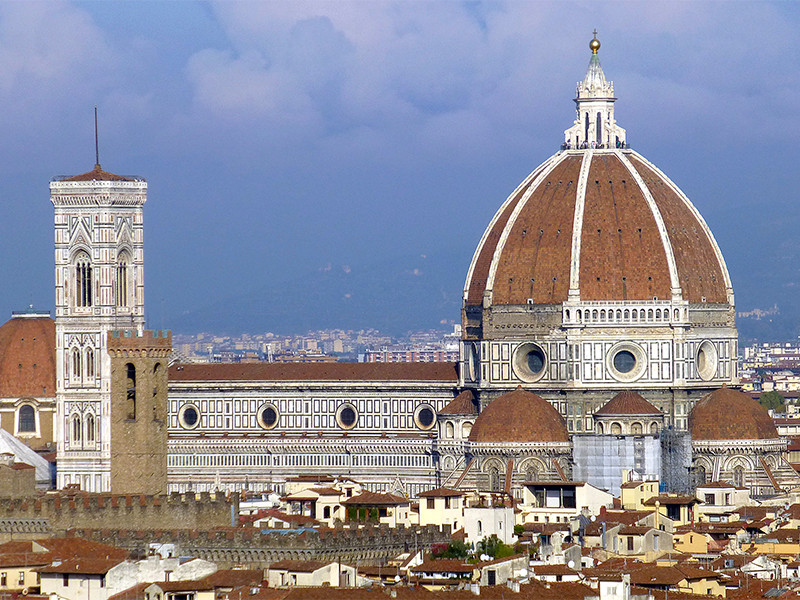 Hoch, majestätisch, fast überdimensional thront sie über den Dächern von Florenz: die Kuppel des Doms Santa Maria del Fiore.