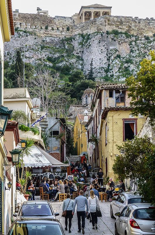 Beliebt und gemütlich sind die kleinen Cafes und Bars der Plaka. Die Lage direkt am Akropolisfelsen ist unschlagbar.