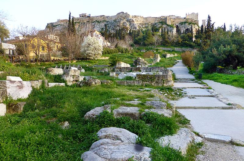 Dieser breite gepflasterte Weg wurde während der Panathenäischen Spiele für Prozessionen zu Ehren Athenas genutzt. Seit der Antike führt er hinauf zum Akropolisfelsen.