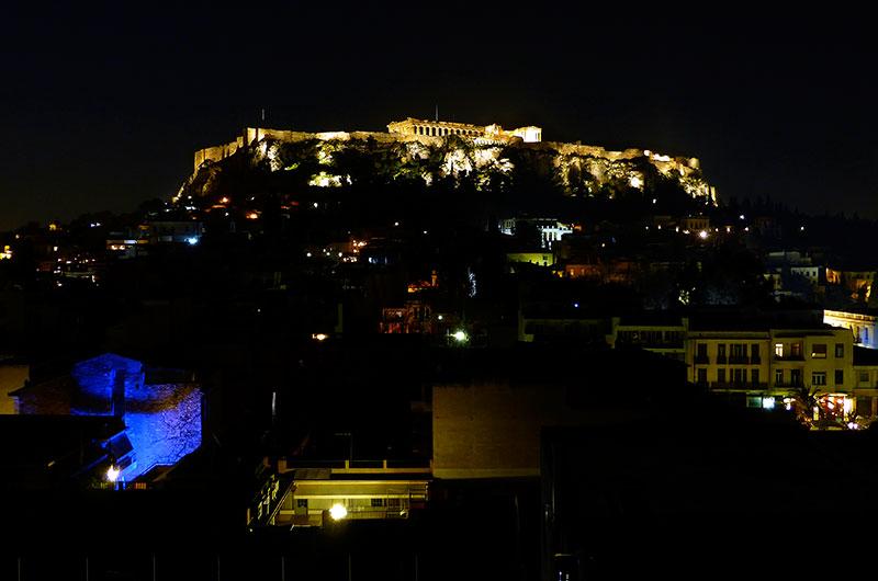 """""""Alleine für diese Aussicht auf die Akropolis würden wir wiederkommen!"""" Von der Dachterrasse des Plaka-Hotels gönnten wir uns dieses Spektakel jeden Abend."""