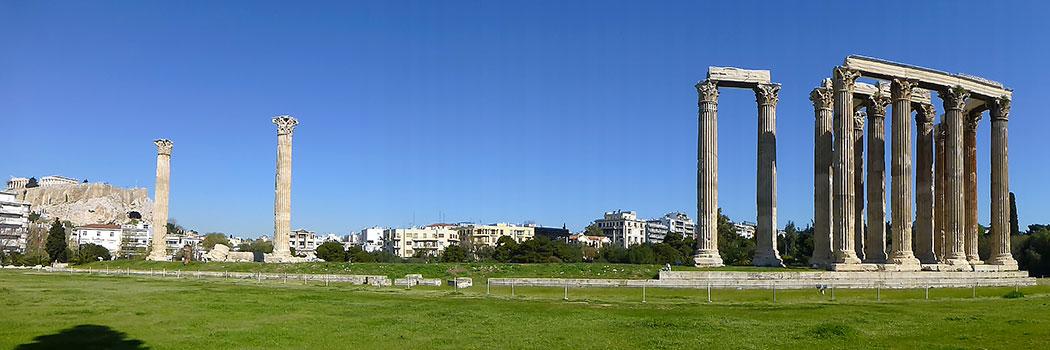 Der Tempel des Olympischen Zeus, auch Olympieion genannt, liegt nur 500 Meter von der Akropolis (links) entfernt.