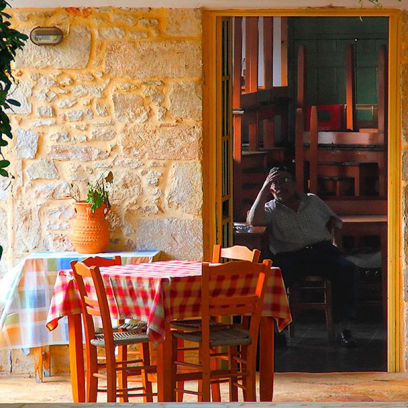 Ein kretischer Wirt wartet auf Gäste. (Vassil Tzvetanov, Flickr)