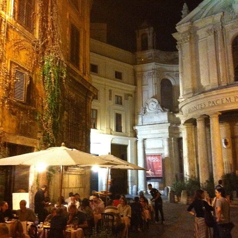 """Im """"La Foccacia"""" kann man gemütlich im Freien sitzen, mit Blick auf die hübsche Chiesa di S. Maria della Pace."""