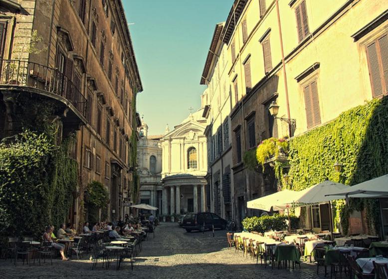 "Die Via della Pace - mit dem ""Antico Caffe della Pace"" (vorne links) und dem Ristorante-Pizzeria ""La Focaccia"" (links, dahinter). Gleich in der Nähe, die Chiesa di S. Maria della Pace."