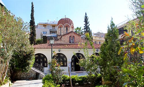 Agia Ekaterini umgibt ein schöner Garten, im Inneren gibt es wertvolle Ikonen zu bestaunen.
