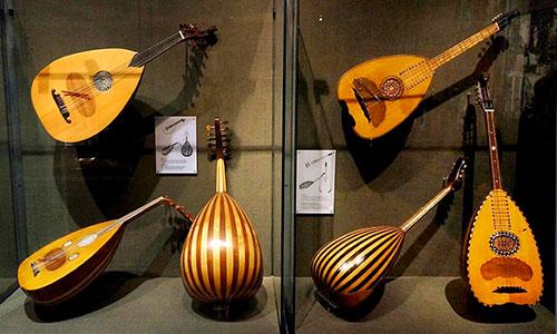 Bouzoukis im Museum der griechischen Musikinstrumente in der Plaka von Athen.