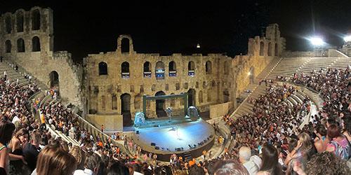 Die Zuschauerreihen im Odeon des Herodes Attikus von Athen füllen sich.