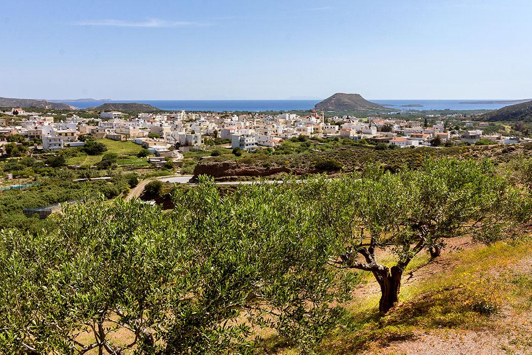 Griechenland, Kreta, Palekastro, Osten, Lasithi, Roussolakos, Chionastrand - Das Dorf Palekastro befindet sich im äußersten Osten von Kreta und gehört zur Gemeinde Sitia. Massentourismus ist hier Fehlanzeige. Die Einwohner leben wie seit jeher vom Oliven- und Weinanbau. Um den dominanten Tafelberg Kastri lag einst die minoische Hafen- und Handelsstadt Roussolakos.
