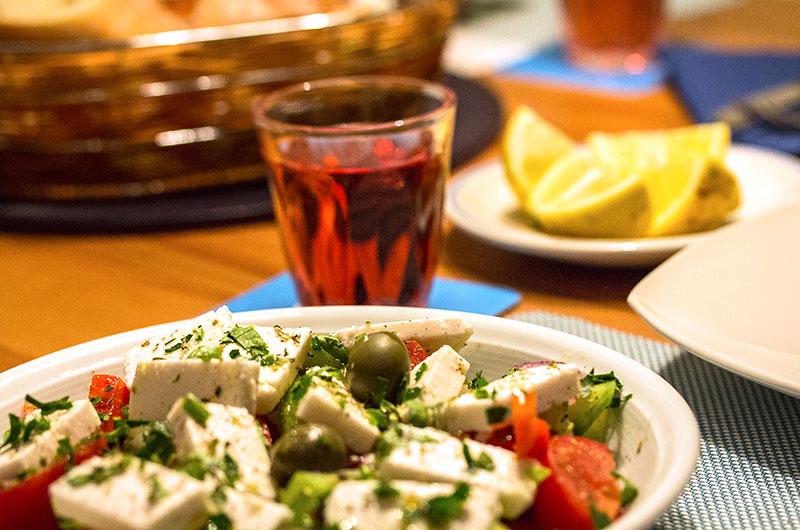 Griechischer Bauernsalat (Choriatiki salata), Weißbrot und ein Rosé sind ideale Begleiter.