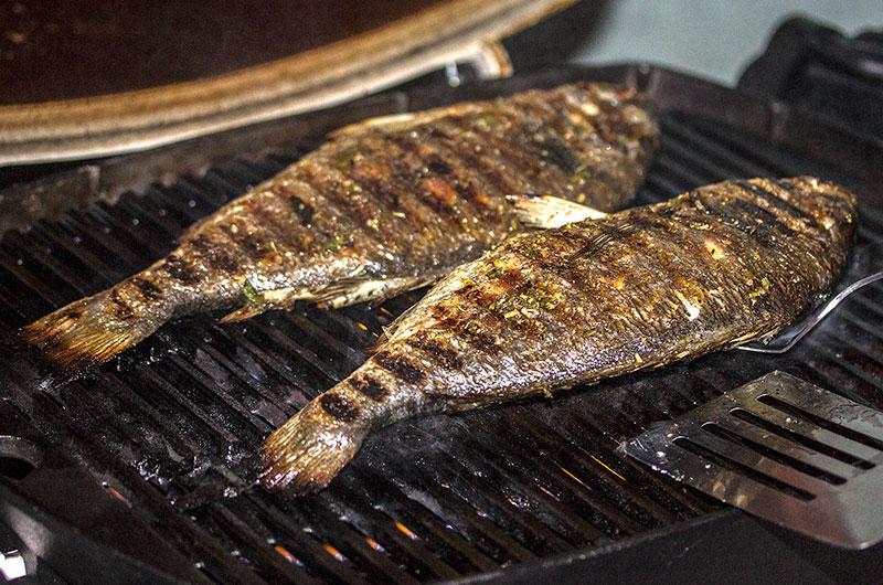 Nach 10-12 Minuten sind die Fische fertig gegrillt.