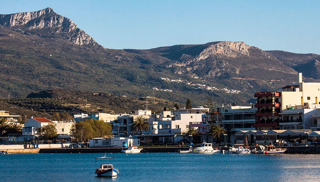 Blick vom Hafen in Sitia auf das Bergmassiv des Prinias. Unser Dorf Kato Drys liegt zwischen den beiden Gipfeln.