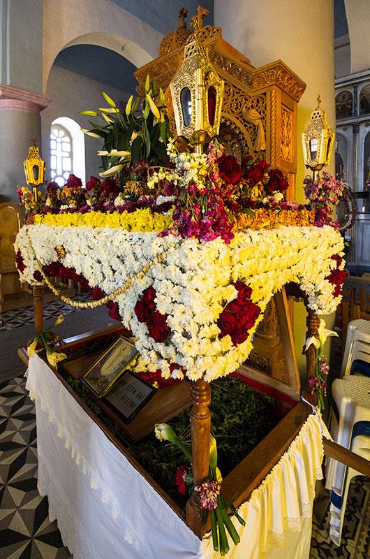 In der Kirche von Piskokefalo steht die mit Blumen geschmückte Totenbahre Christi, der Epitaphios.