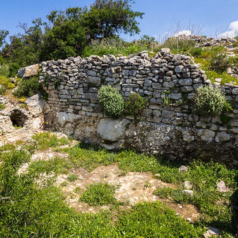 In der Bergstadt Praisos wurde ein Wohnhaus aus hellenistischer Zeit entdeckt. Links ist der Zugang zur Zisterne erkennbar.