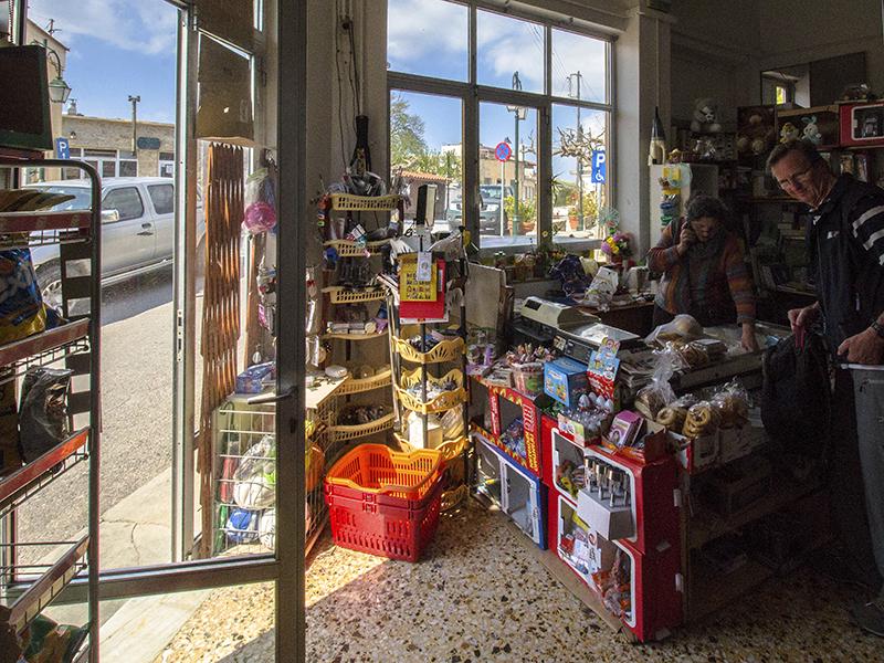 Einkauf im Dorfladen von Chandras.
