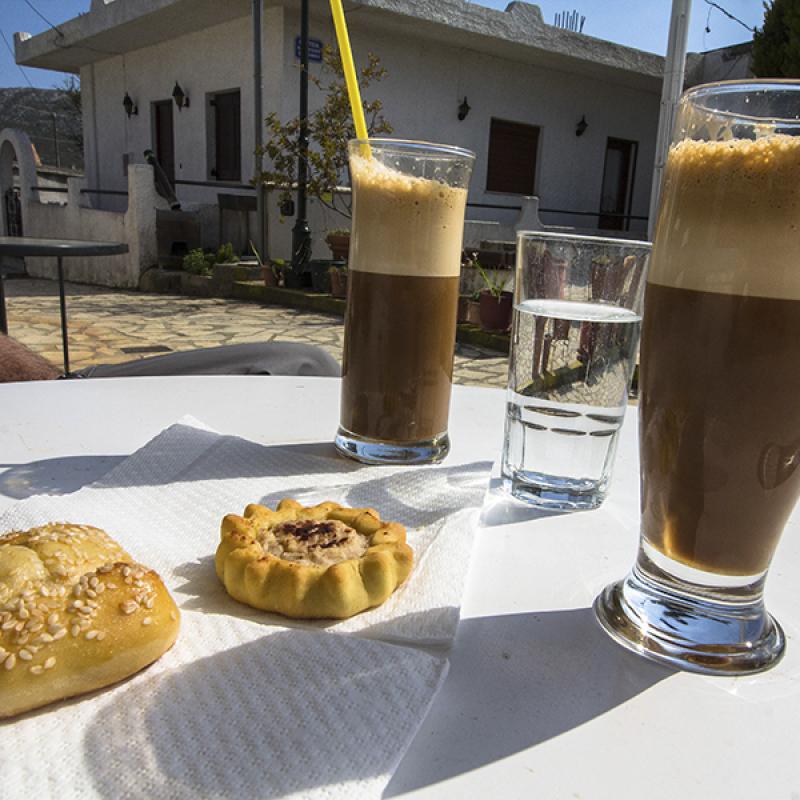 Frappé und die süßen Minikuchen - so läßt es sich am Dorfplatz von Chandras gut sitzen.
