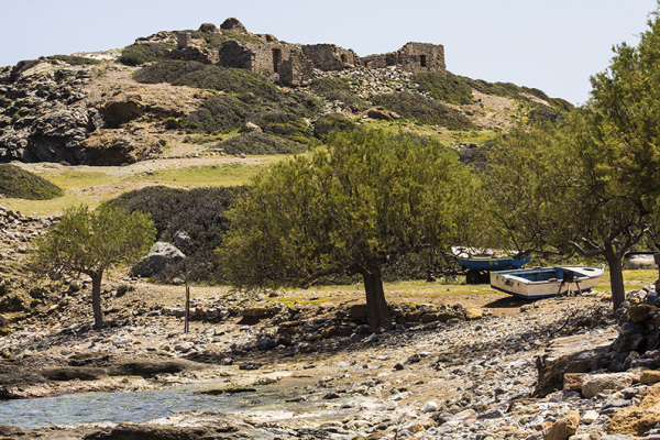 Tamarisken liefern angenehmen Schatten, ein paar Fischerboote liegen am Strand und über allem trohnt das Haus des Gouverneurs von Itanos.