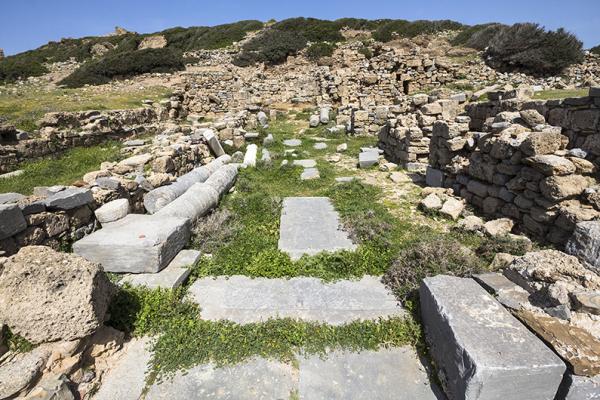 Die Reste der dreischiffigen Basilika stammen aus dem 5. Jahrhundert. Hier der Blick vom Kirchenportal bis zur Apsis.