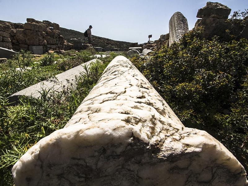 Ein wildes, aber dennoch malerisches, Durcheinander von Marmorsäulen und Mauerresten der Basilika von Itanos.