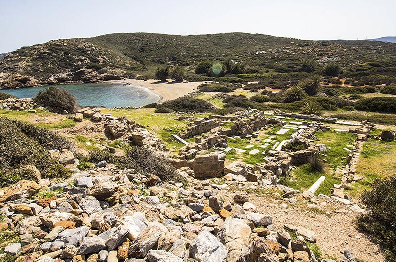 Wunderbare Aussicht vom höchsten Hügel Itanos. Im Vordergrund die Reste der Basilika, links der Palmenstrand und ehemalige Hafen der Stadt.