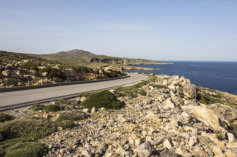 Eine gut ausgebaute Straße führt nach Norden auf die Halbinsel Sideron.