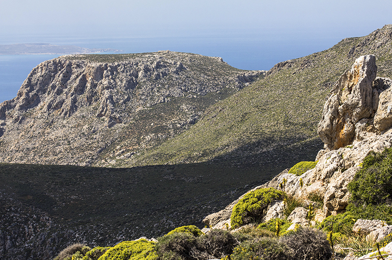 Blick auf die Berge, dahinter ist die Insel Koufonisi. in der Antike florierte auf der Insel die Purpurproduktion.